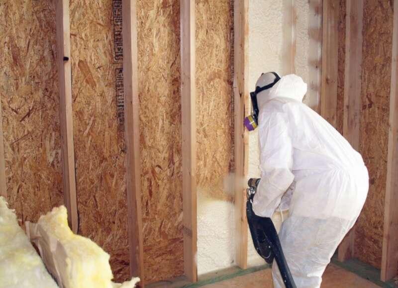 foam-insulation-installation-tech-man2